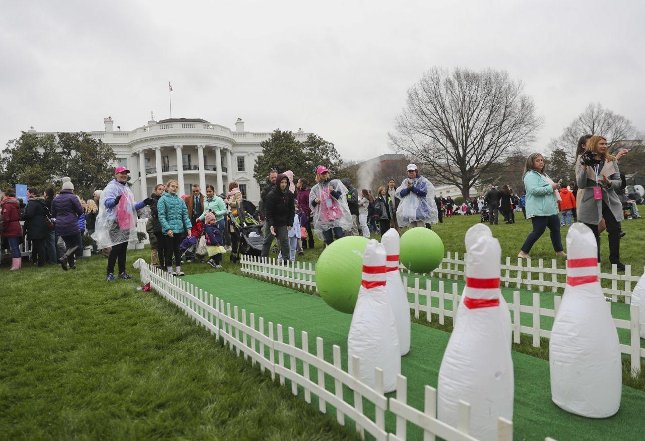 У Вашингтоні на Південній галявині Білого дому щорічно проходить великодня гра Easter egg roll