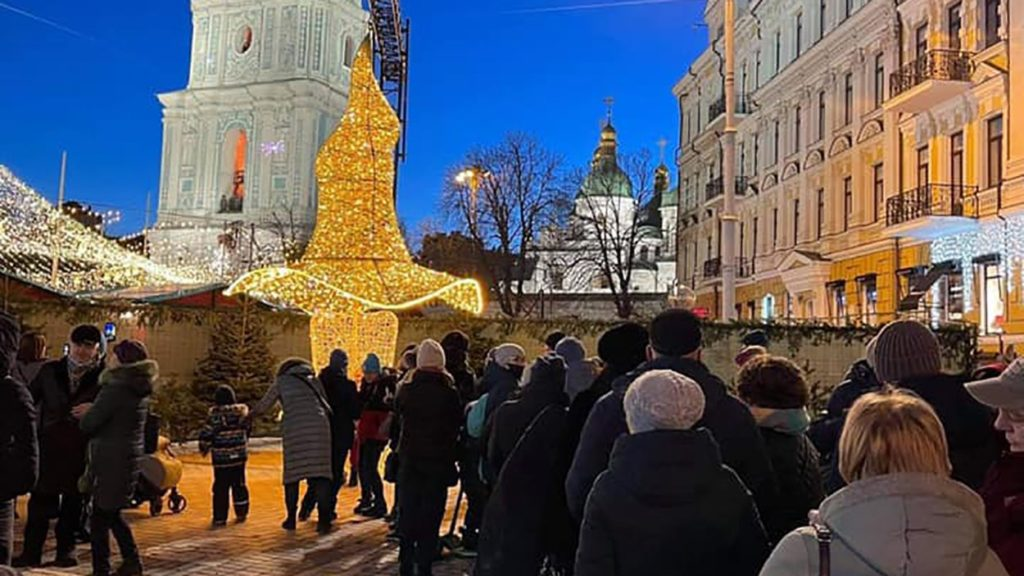 Скандальний капелюх з ялинки повернули в центр Києва (фото, відео)