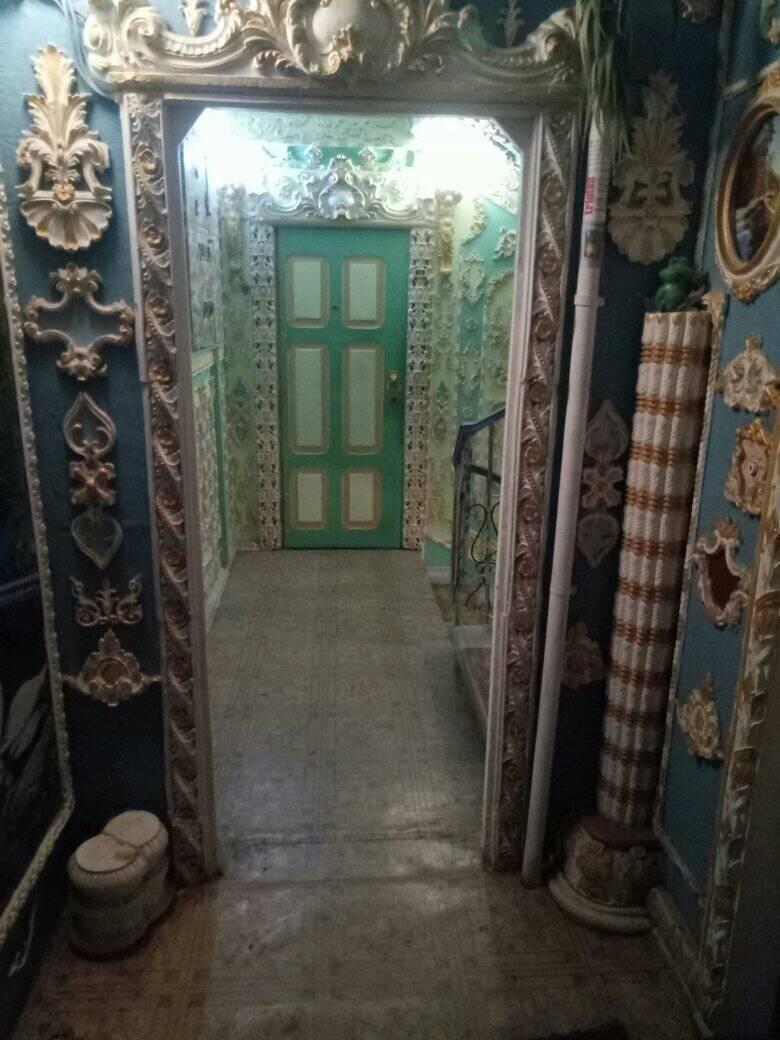 Розкішний декор прикрашає навіть вхідні двері