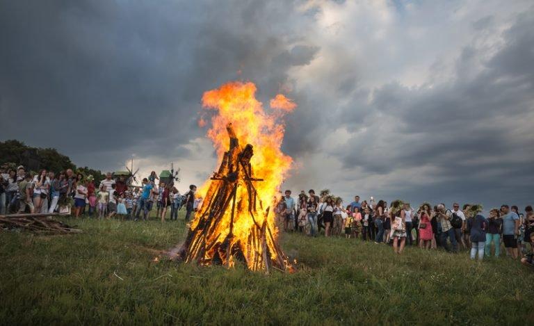 На Черкащині хлопець святкуючи Івана Купала впав у вогонь, стрибаючи через багаття