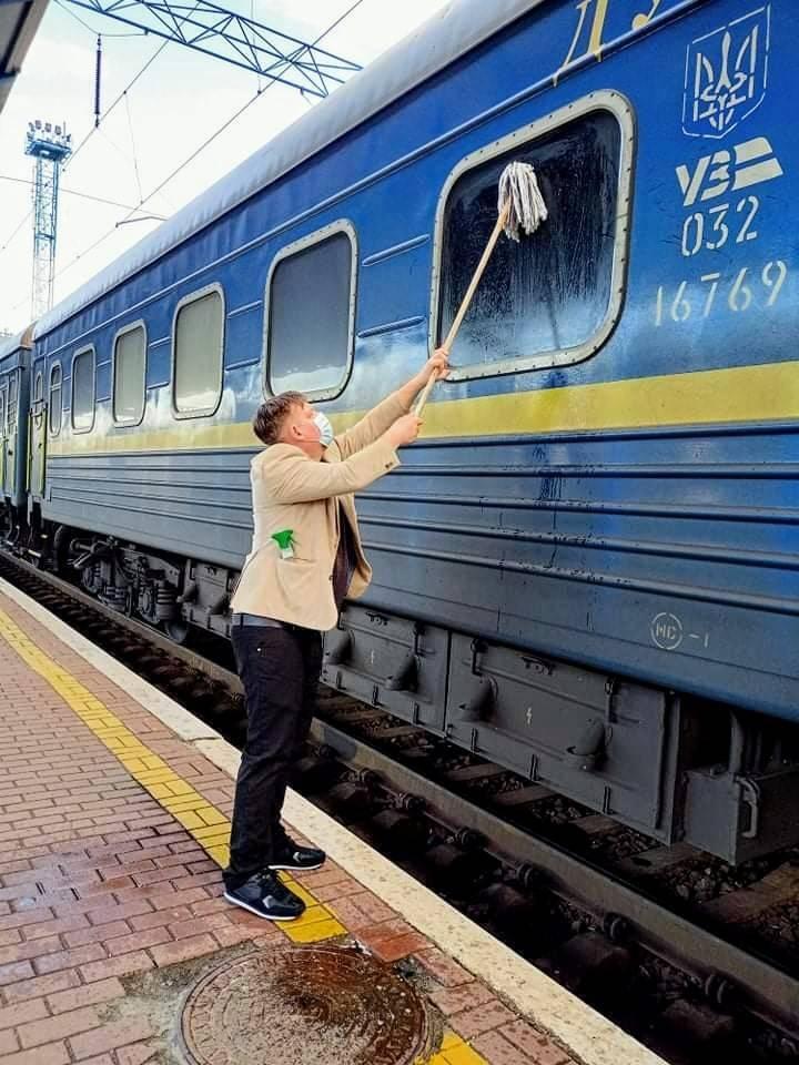 Данець Йоханес Вамберг Андерсен самостійно помив вікно вагона УЗ