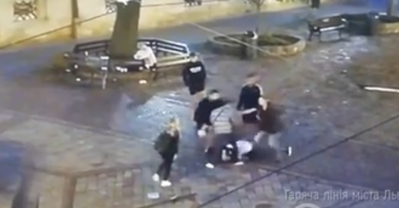 У Львові на площі Ринок молодики влаштували бійку (відео)