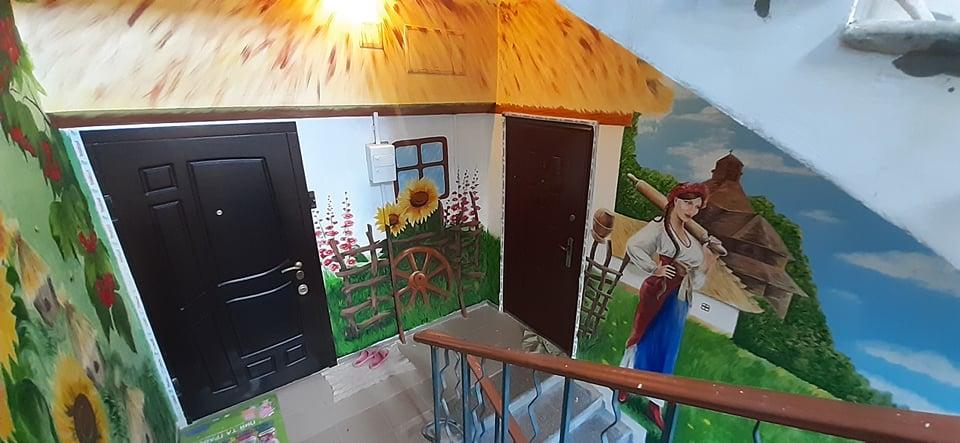 Неймовірно: У Кривому Розі художник перетворив під'їзд будинку на картинну галерею (фото)
