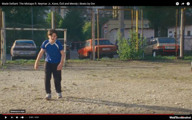 Автомобіль праворуч має українські номерні знаки