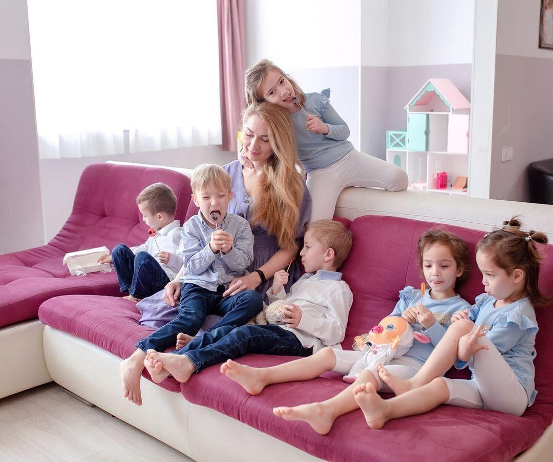 Оксана Кобелецька позує з дітьми