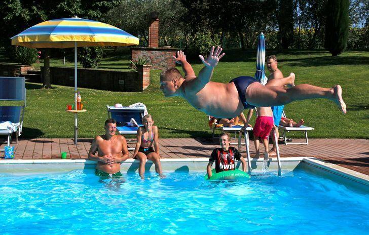Граційний стрибок у басейн