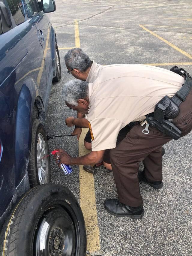 Поліцейські допомагають встановити колесо