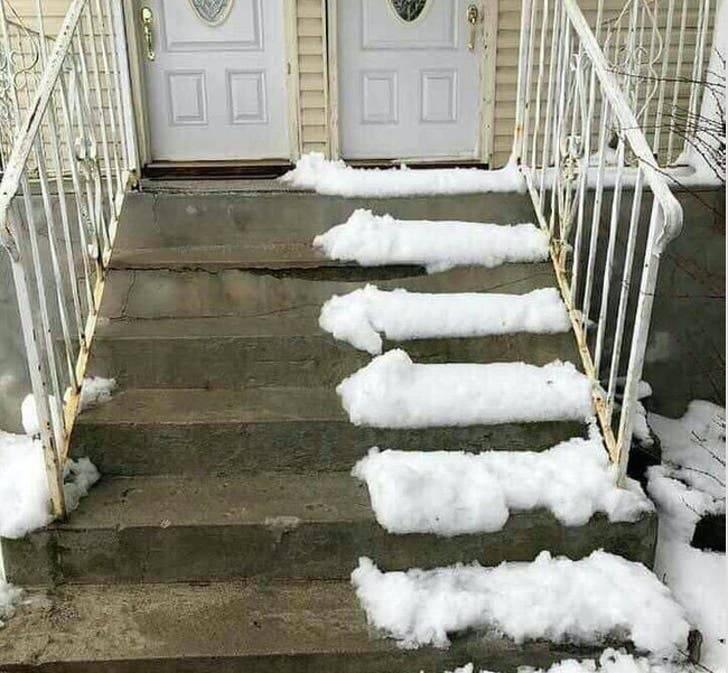 Сусід прибрав сніг
