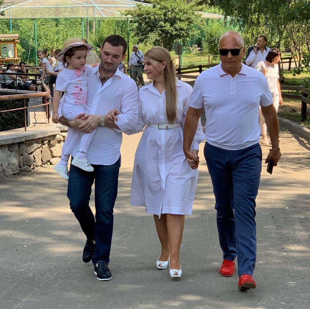 Тимошенко з чоловіком, зятем та онукою