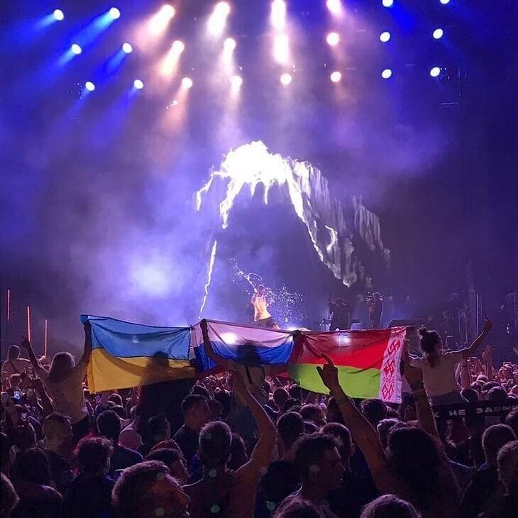 Прапори України, Росії та Білорусі на концерті Коржа