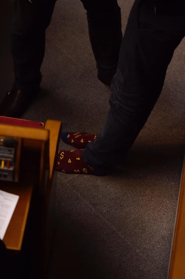 """""""Шкарпетки дня"""": босоногий """"слуга народу"""" розсмішив мережу поведінкою в Раді"""