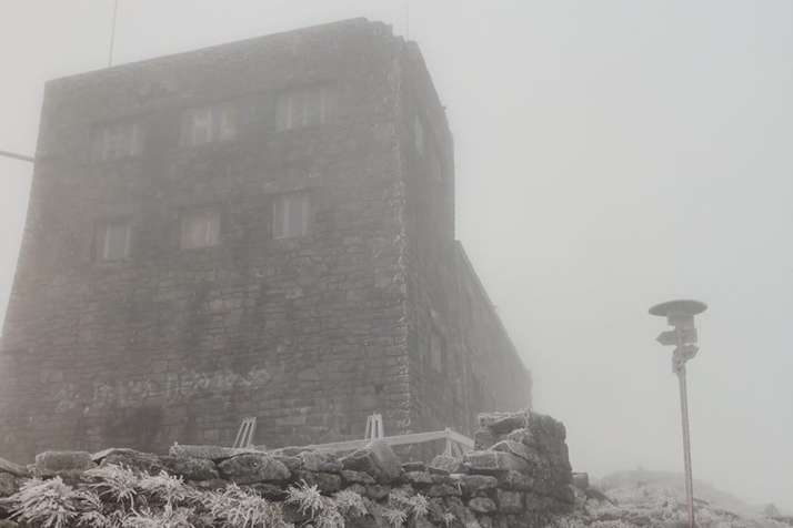 <p>На горі Піп Іван Чорногірський вранці 30 жовтня стояв туман</p> - В Карпати прийшла зима - вісім градусів морозу (фото)