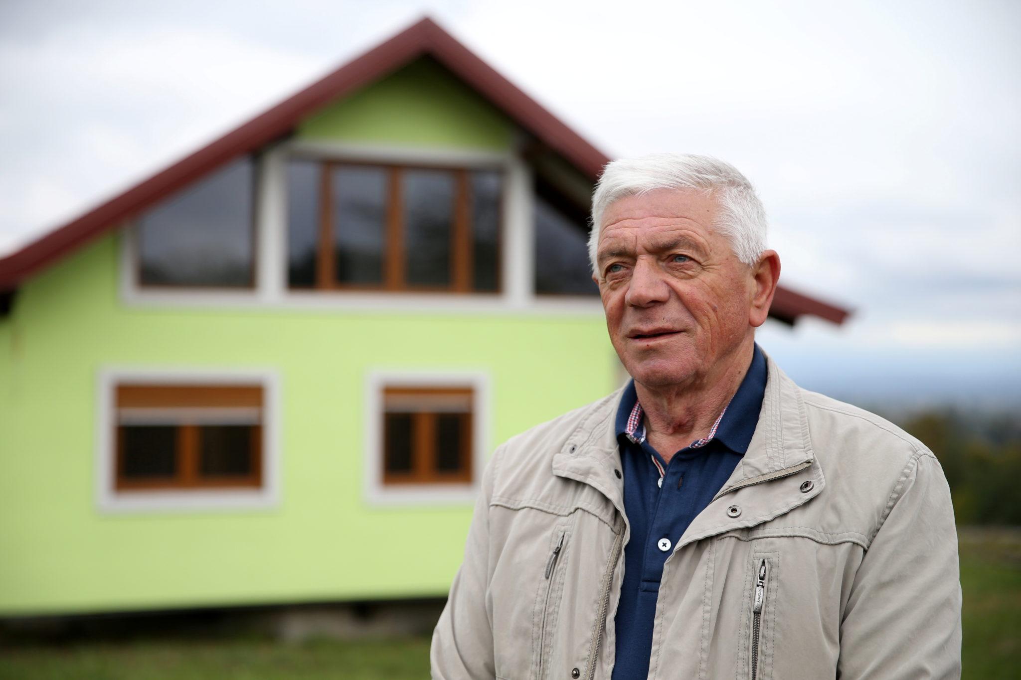 Воїн Кушич позується для фотозйомки перед своїм будинком, що обертається, у Србаці, Боснія і Герцеговина, 9 жовтня 2021 року. REUTERS/Дадо Рувіч