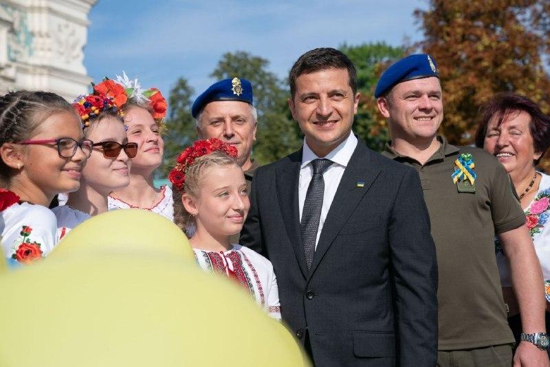 Президент Володимир Зеленський взяв участь в урочистому піднятті прапора України