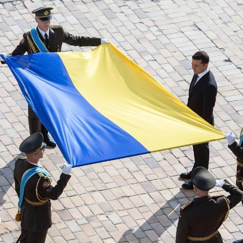 На Софійській площі відбулося урочисте підняття українського прапора
