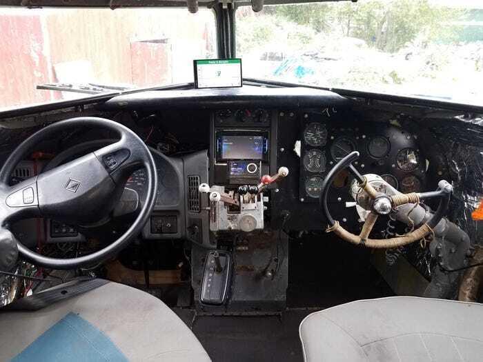 У кабіні пілотів встановили приладову панель автомобіля