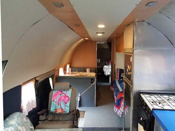 Всередині автобудинку є дві спальні, вітальня, дві ванни та кухня