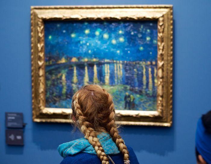 Фотограф роками таємно знімав «правильних» відвідувачів музею - і ось чому - 1