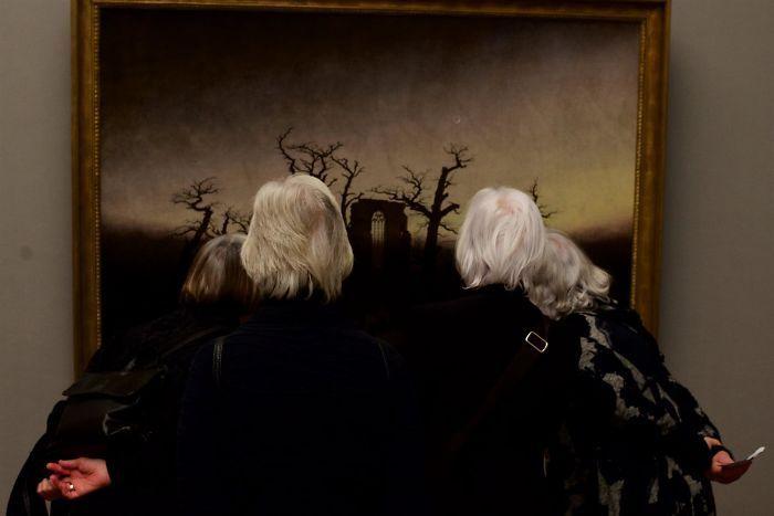 Фотограф роками таємно знімав «правильних» відвідувачів музею - і ось чому - 8