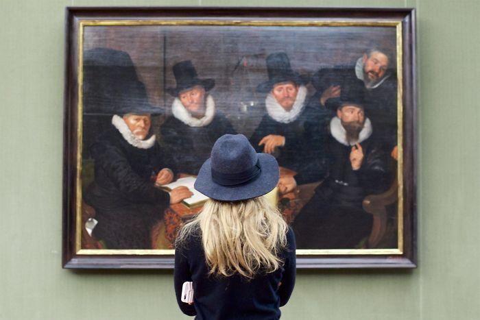 Фотограф роками таємно знімав «правильних» відвідувачів музею - і ось чому - 14
