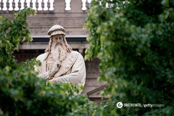 """Пам'ятник Леонардо біля """"Ла Скала""""."""