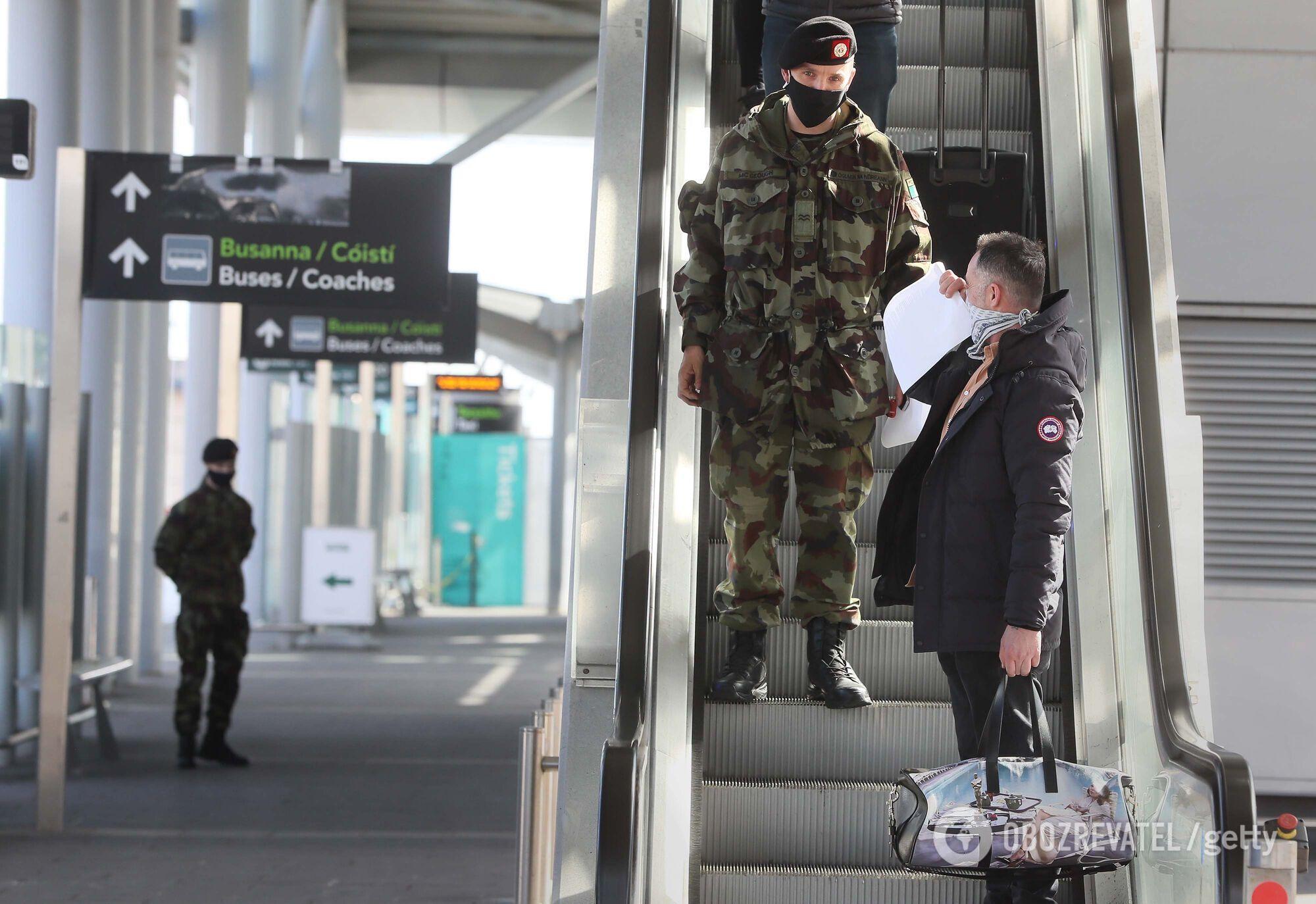 Після прибуття в аеропорт Дубліна пасажира супроводжують до автобуса, а ті, хто прилетів з однієї з 33 країн високого ризику, мають пройти обов'язковий 12-денний готельний карантин