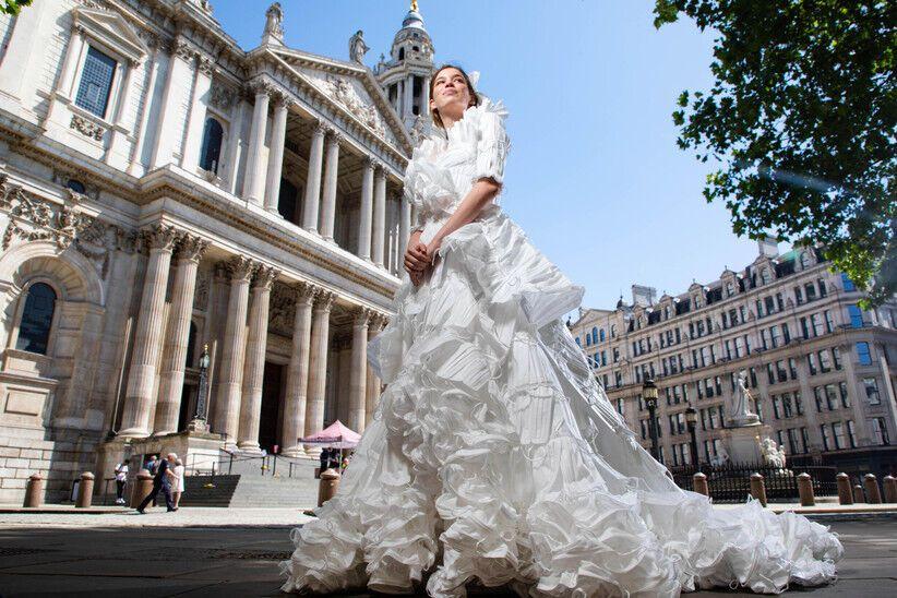 Весільна сукня з медичних масок.