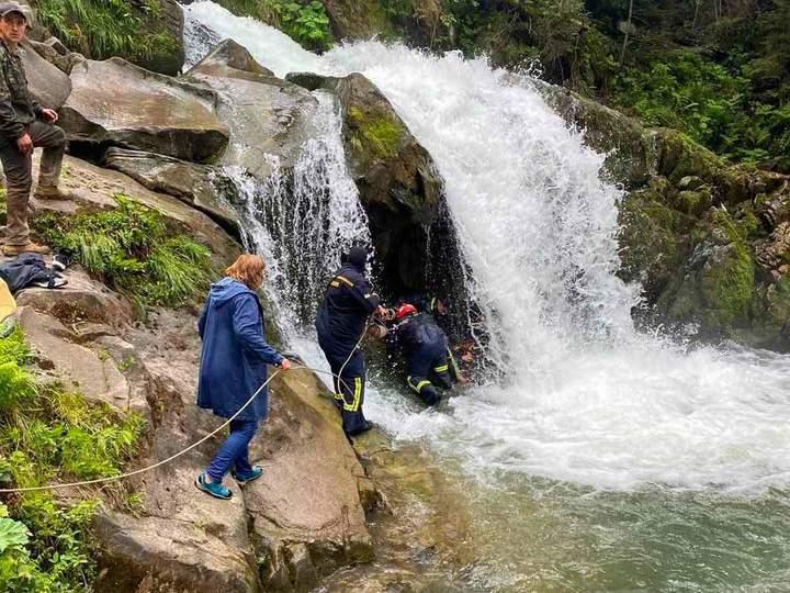 Зірвався з водоспаду: шестикласник зі Львова хотів зробити селфі під час екскурсії і загинув