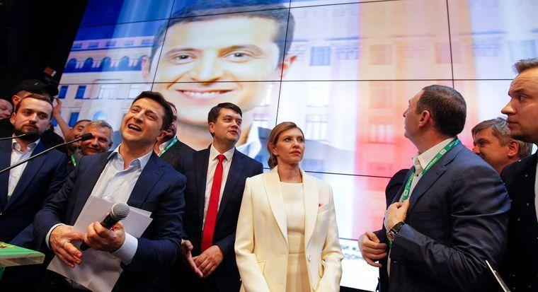 Кандидат у президенти України Володимир Зеленський (в центрі) з дружиною і членами своєї команди у штабі після оголошення екзит-полів, Київ, 21 квітня 2019 року