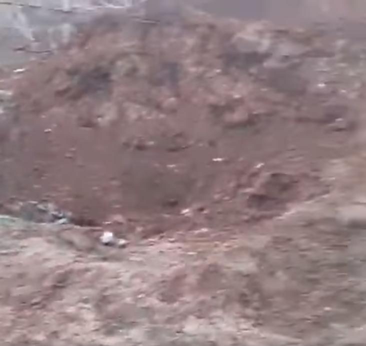 """Вирва від вибуху російської міни ПОМ-2 """"Отек"""""""