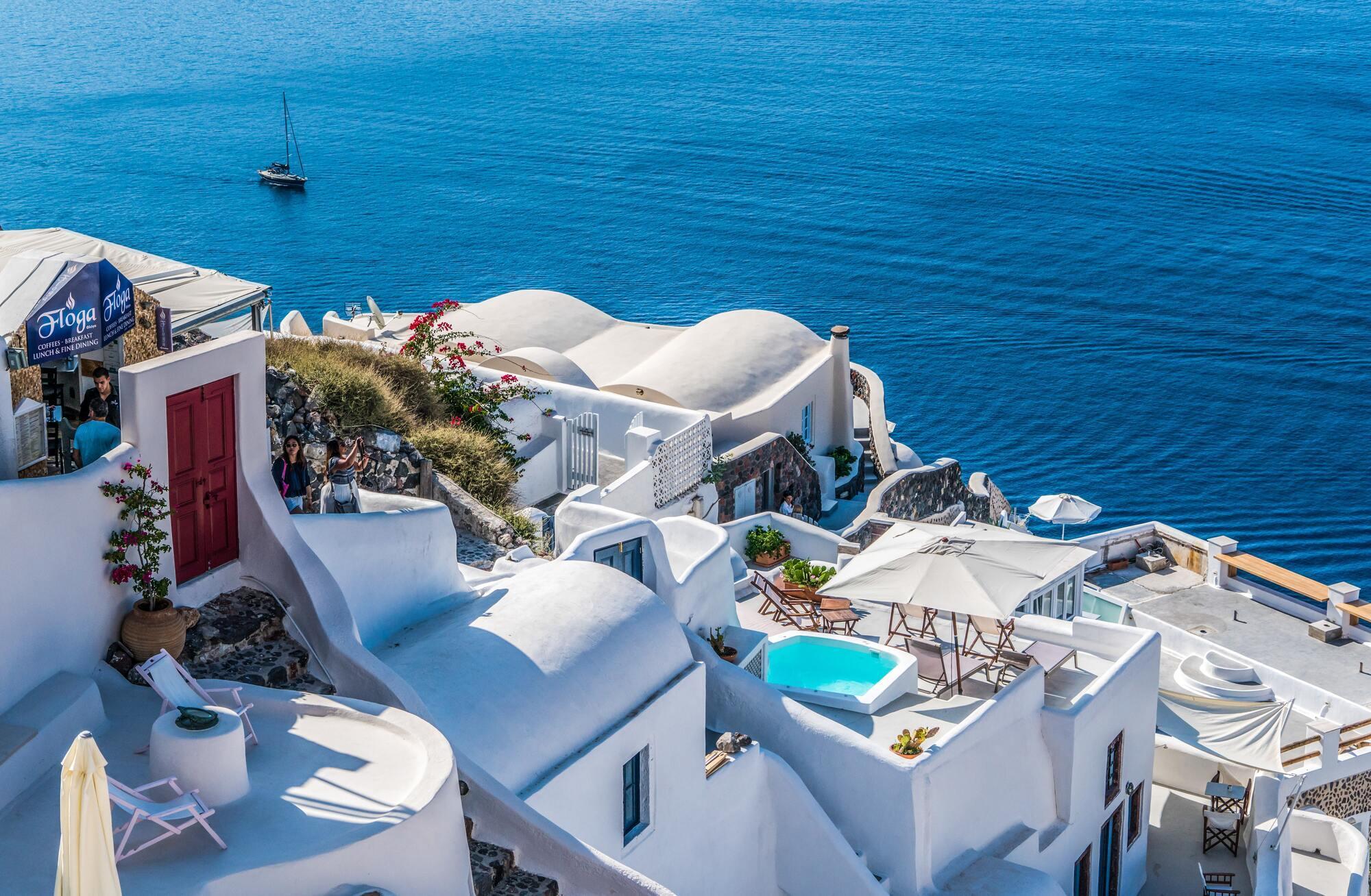 Грецький курорт Санторіні знаменитий біло-синіми будиночками
