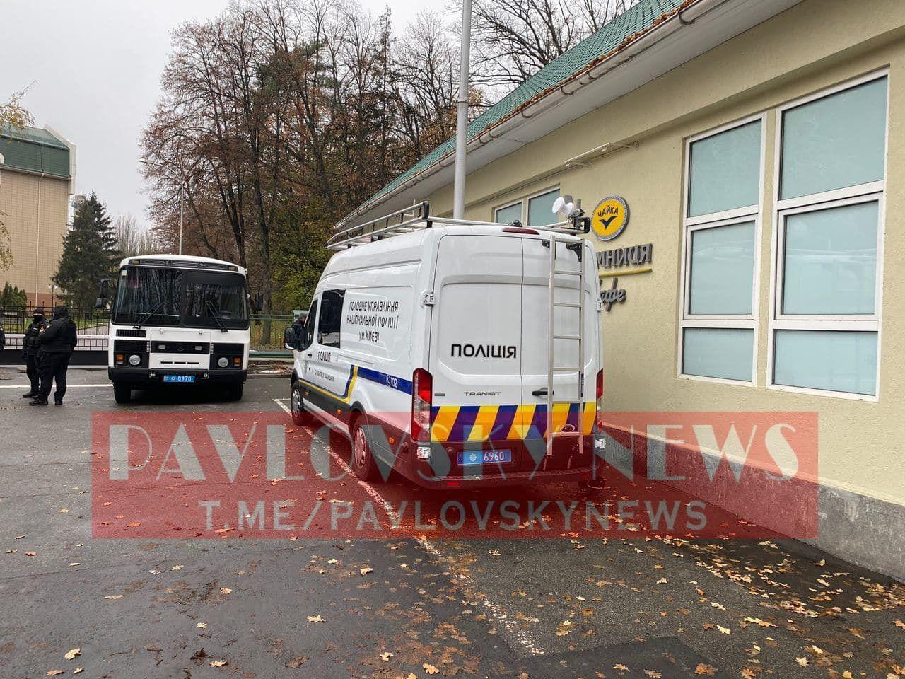 Територію лікарні посилено патрулюють силовики