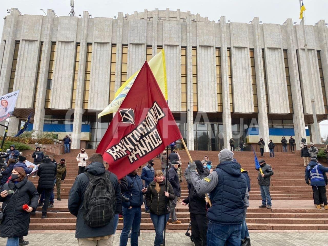Учасники акції тримали прапори своїх рухів