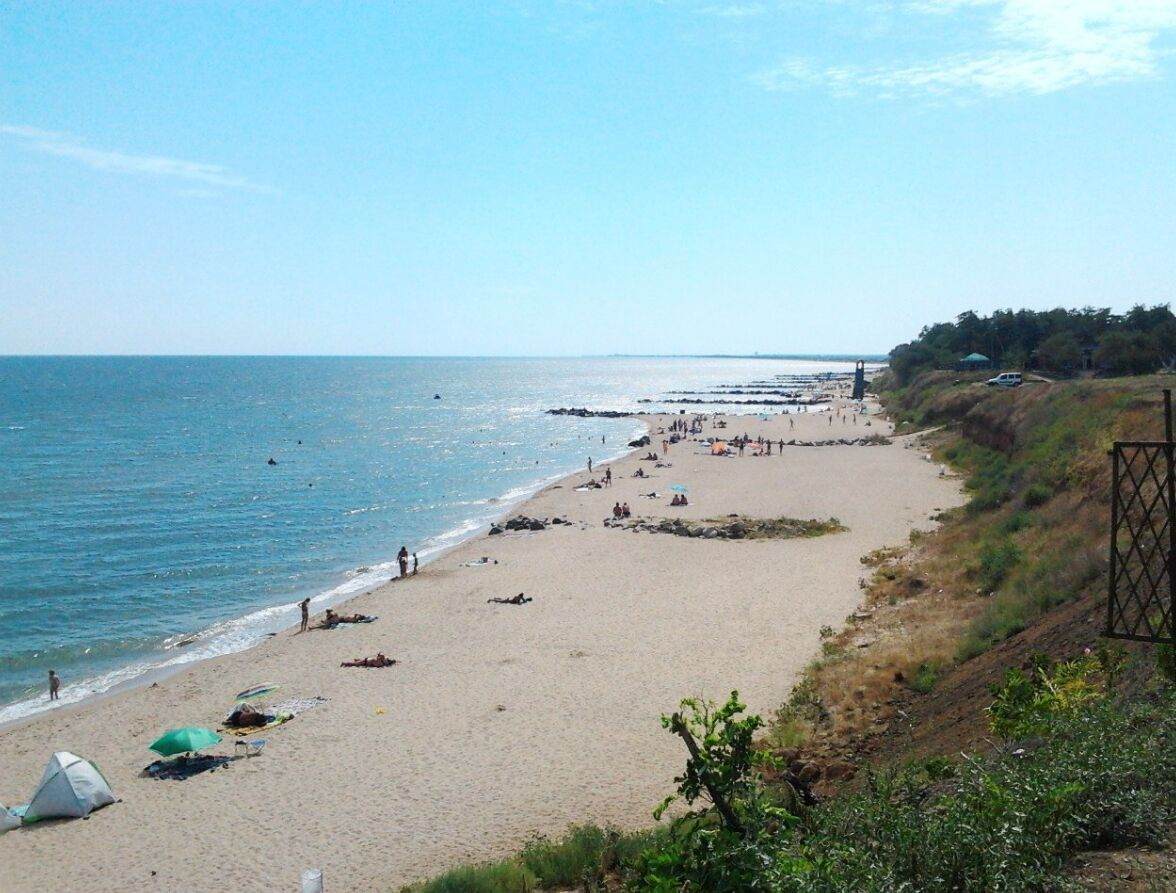Село Новопетрівка розташовується за 12 км від Бердянська