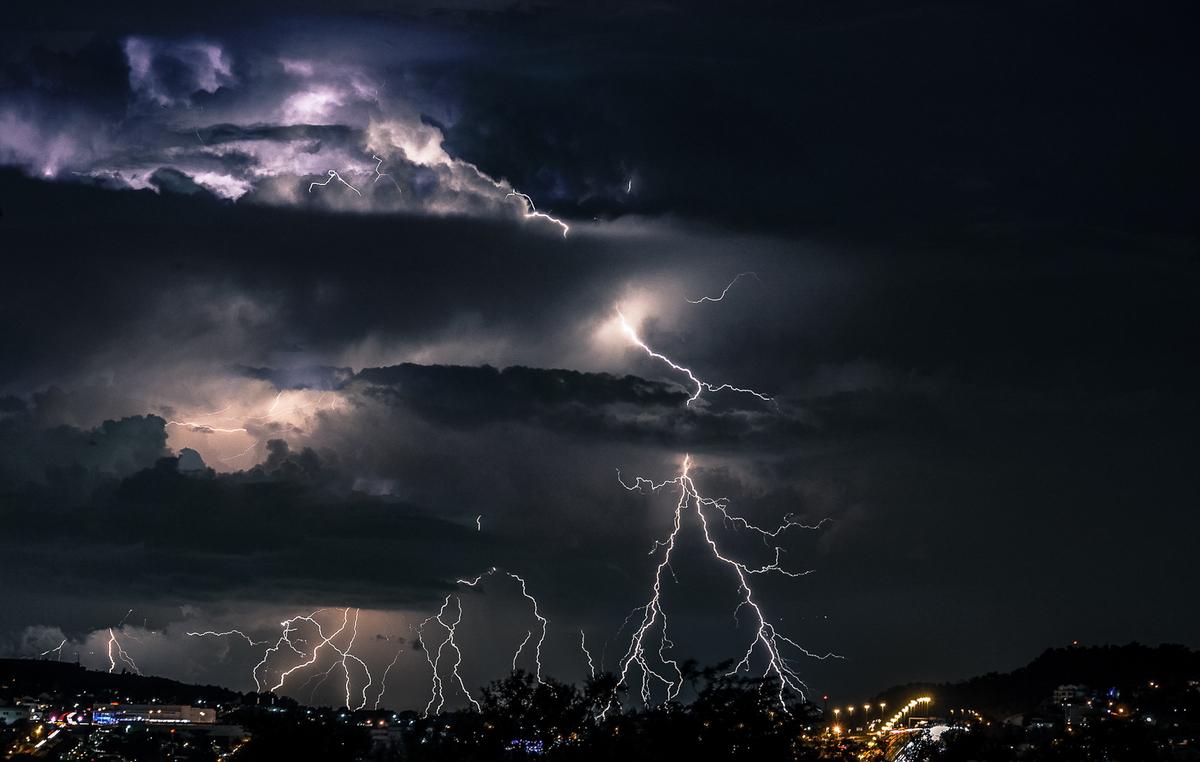 Блискавки над містом