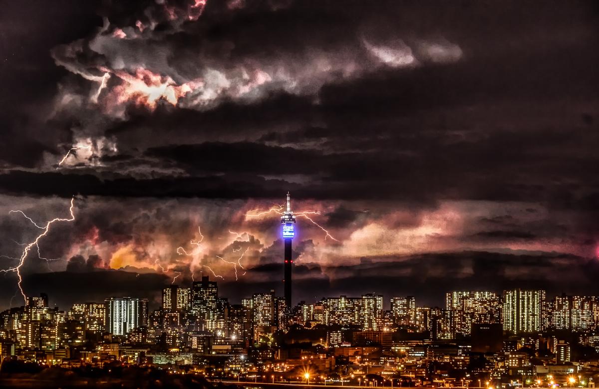 Блискавки над Йоганнесбургом (ПАР)