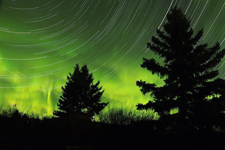 Зоряні стежки Північним сяйвом в міста Калгарі (Канада)